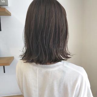 ミディアム ロブ 外ハネ ハイライト ヘアスタイルや髪型の写真・画像
