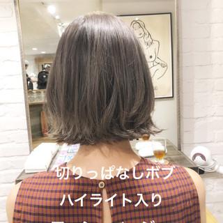 アッシュグレージュ デート ナチュラル デジタルパーマ ヘアスタイルや髪型の写真・画像