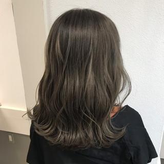 ミルクティーベージュ ハイトーン ガーリー イルミナカラー ヘアスタイルや髪型の写真・画像
