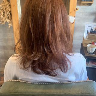 オレンジブラウン セミロング ブリーチオンカラー アプリコットオレンジ ヘアスタイルや髪型の写真・画像