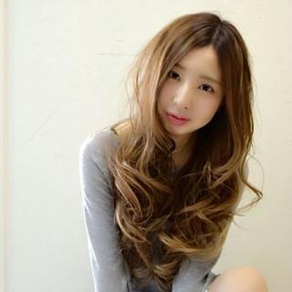 ロング グラデーションカラー ハイライト ゆるふわ ヘアスタイルや髪型の写真・画像 ヘアスタイルや髪型の写真・画像