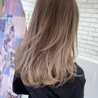 セミロング グラデーションカラー ミルクティーベージュ エアータッチ ヘアスタイルや髪型の写真・画像