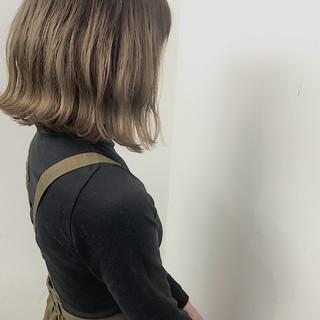 ブリーチカラー バレイヤージュ ミディアム ミルクティーベージュ ヘアスタイルや髪型の写真・画像