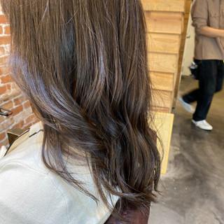 デジタルパーマ ロングヘア アッシュグレージュ ナチュラル ヘアスタイルや髪型の写真・画像