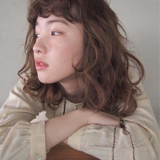 ミディアム ハイライト ウェーブ ストリート ヘアスタイルや髪型の写真・画像