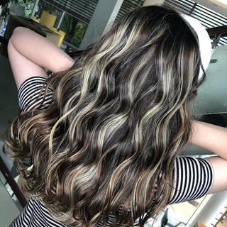 セミロング 波ウェーブ グラデーションカラー バレイヤージュ ヘアスタイルや髪型の写真・画像