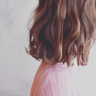 フェミニン アッシュ ゆるふわ ハイライト ヘアスタイルや髪型の写真・画像