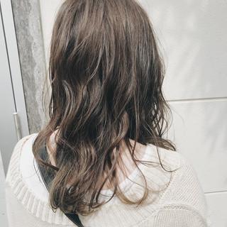 ナチュラル セミロング アッシュグレージュ ラベンダーグレージュ ヘアスタイルや髪型の写真・画像