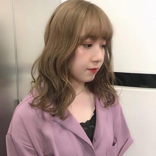 ミディアム ダブルカラー ハイトーン ミルクティーベージュ ヘアスタイルや髪型の写真・画像