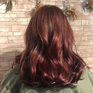 ハイトーンカラー セミロング チェリーレッド ミディアムレイヤー ヘアスタイルや髪型の写真・画像