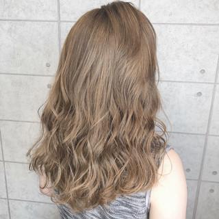 クリーミーカラー ミルクティーベージュ セミロング ホワイトベージュ ヘアスタイルや髪型の写真・画像