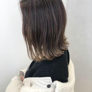 切りっぱなしボブ ナチュラル インナーカラー グレージュ ヘアスタイルや髪型の写真・画像