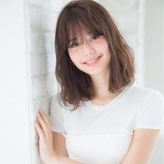 ミディアム 梅雨 アンニュイ ウェーブ ヘアスタイルや髪型の写真・画像