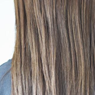 ナチュラル ツヤ髪 グレー ロング ヘアスタイルや髪型の写真・画像