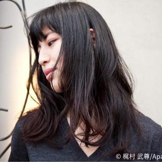 セミロング ストリート ゆるふわ 暗髪 ヘアスタイルや髪型の写真・画像