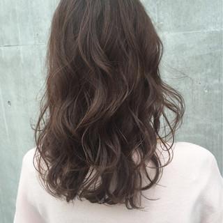 ミディアム 波ウェーブ ゆるふわ 透明感 ヘアスタイルや髪型の写真・画像