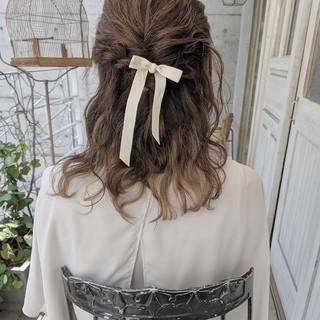 ダウンスタイル ミディアム オリーブベージュ ガーリー ヘアスタイルや髪型の写真・画像