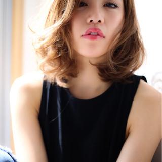 ミディアム パーマ ハイライト アッシュ ヘアスタイルや髪型の写真・画像