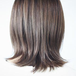 ホワイトグレージュ セミロング ミルクティーグレージュ アッシュグレージュ ヘアスタイルや髪型の写真・画像