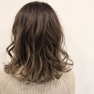 ミディアム こなれ感 外ハネ ハイライト ヘアスタイルや髪型の写真・画像