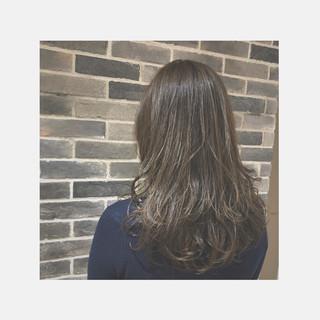 ゆる巻き アッシュグレージュ アッシュ ロング ヘアスタイルや髪型の写真・画像