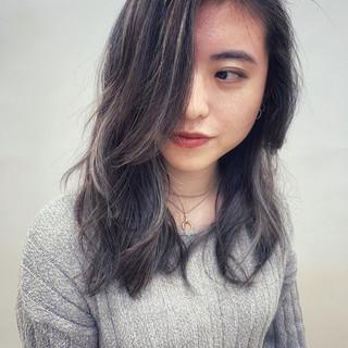 ハイライト グレージュ ロング デート ヘアスタイルや髪型の写真・画像