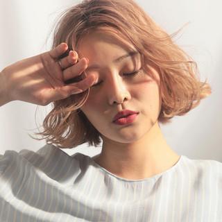 エフォートレスウェーブ ブリーチカラー エフォートレス フェミニン ヘアスタイルや髪型の写真・画像