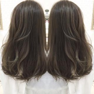 外国人風 グレージュ グラデーションカラー ナチュラル ヘアスタイルや髪型の写真・画像