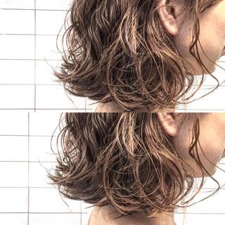 パーマ ナチュラル 切りっぱなし ミディアム ヘアスタイルや髪型の写真・画像