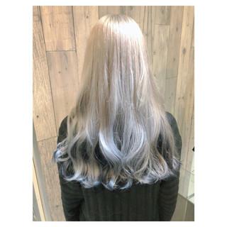 ホワイト ロング ホワイトアッシュ フェミニン ヘアスタイルや髪型の写真・画像