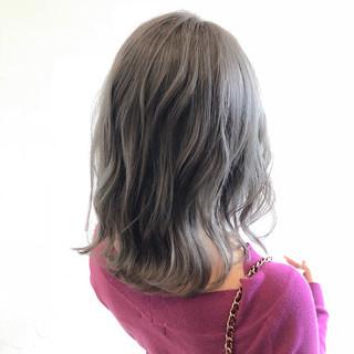 セミロング グレー ハイトーン シルバー ヘアスタイルや髪型の写真・画像