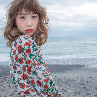 ミディアム 波ウェーブ アッシュ 寝癖 ヘアスタイルや髪型の写真・画像