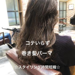 ロング ゆるふわパーマ イルミナカラー ナチュラル ヘアスタイルや髪型の写真・画像