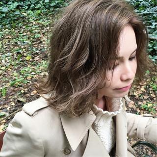 ミディアム スモーキーカラー 冬 ストリート ヘアスタイルや髪型の写真・画像