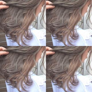 インナーカラー グレージュ セミロング オリーブアッシュ ヘアスタイルや髪型の写真・画像