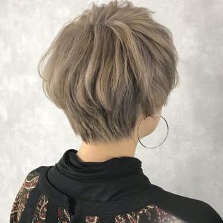 ショート モード ミルクティーベージュ ハイトーン ヘアスタイルや髪型の写真・画像