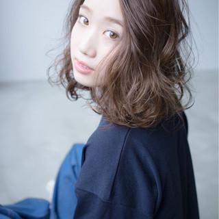 前髪あり 小顔 グレージュ ミルクティー ヘアスタイルや髪型の写真・画像