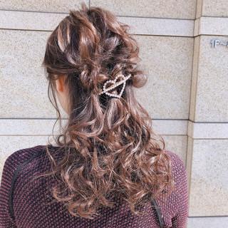 簡単ヘアアレンジ セミロング 結婚式 ガーリー ヘアスタイルや髪型の写真・画像