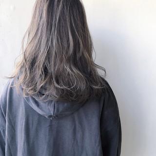 ハイトーンカラー セミロング ナチュラル ダメージレス ヘアスタイルや髪型の写真・画像