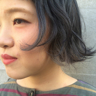 グレーアッシュ ブリーチ ショートボブ ストリート ヘアスタイルや髪型の写真・画像