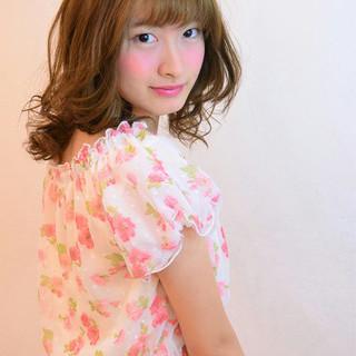 ミディアム 巻き髪 フェミニン ガーリー ヘアスタイルや髪型の写真・画像