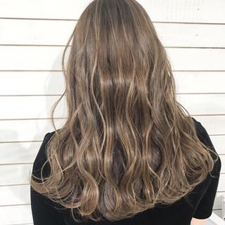 グレージュ デート ナチュラル ロング ヘアスタイルや髪型の写真・画像