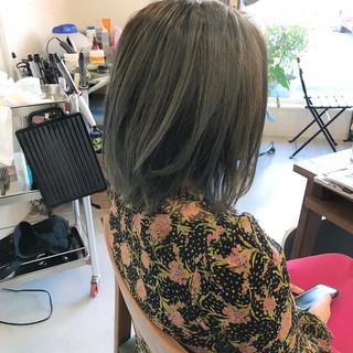 グレージュ ニュアンス ミディアム ハイライト ヘアスタイルや髪型の写真・画像