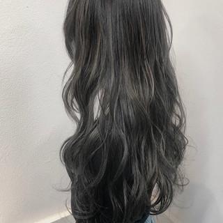 シルバー ハイライト ロング 透明感 ヘアスタイルや髪型の写真・画像