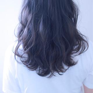 フェミニン ウェーブ アンニュイ 暗髪 ヘアスタイルや髪型の写真・画像