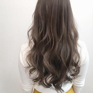 ロング オリーブグレージュ ミルクグレージュ アッシュグレージュ ヘアスタイルや髪型の写真・画像