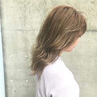 ハイライト アッシュグレージュ ミディアム グレージュ ヘアスタイルや髪型の写真・画像