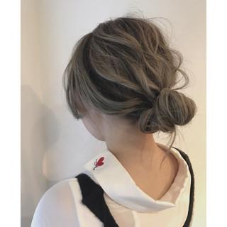 ヘアアレンジ スモーキーカラー グレージュ ウェーブ ヘアスタイルや髪型の写真・画像