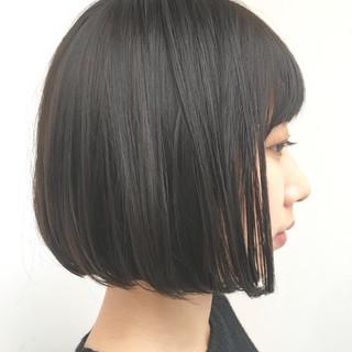 グレージュ 暗髪 ショートボブ 切りっぱなし ヘアスタイルや髪型の写真・画像