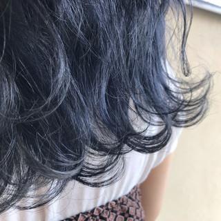 デニム ネイビーブルー 波ウェーブ ロング ヘアスタイルや髪型の写真・画像